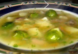 Куриный суп из сердечек в тарелке
