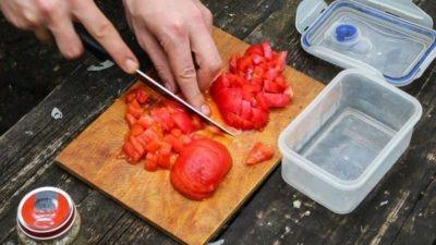 Снять кожицу с томатов и порезать для рагу