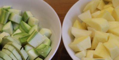 Порезанные дольками картофель и кабачки