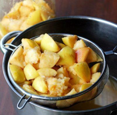 Отжать яблоки и процедить сок на уксус