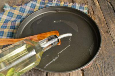 Смазываем противень оливковым или другим маслом