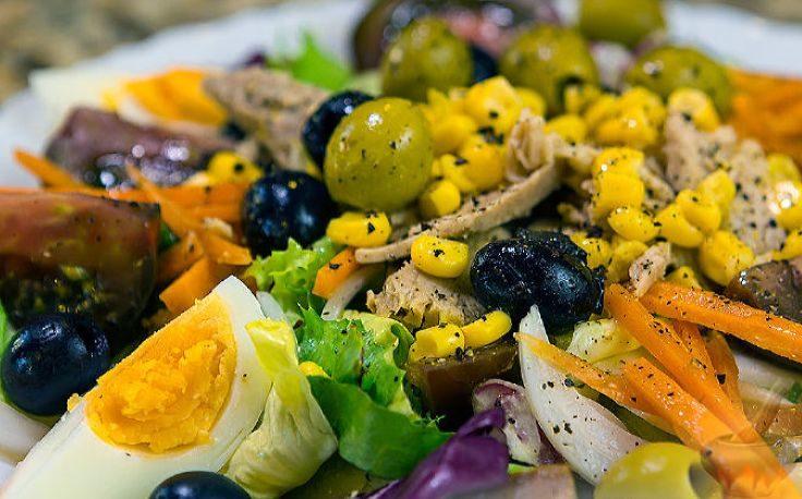 Салат срыбой из меню средиземноморской диеты