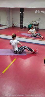 Упражнение для похудения живота и боков: повороты сидя