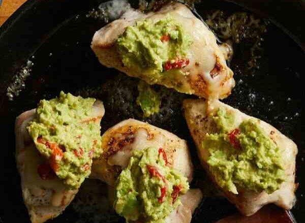Рецепт блюда кетогенной диеты Куриное мясо под соусом гуакомоле