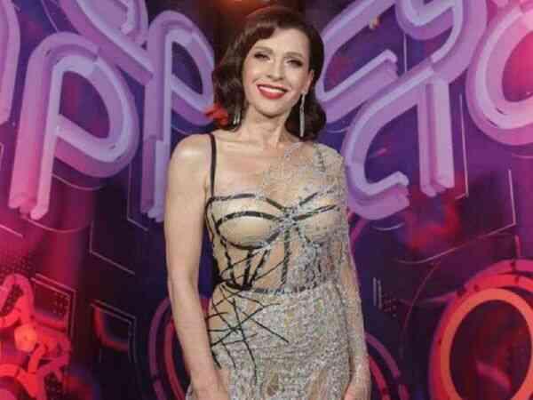 Алиса Мон в открытом платье показывает красивую фигуру