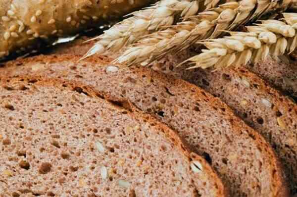 Надпись на этикетке цельнозерновой хлеб соответствует продукту